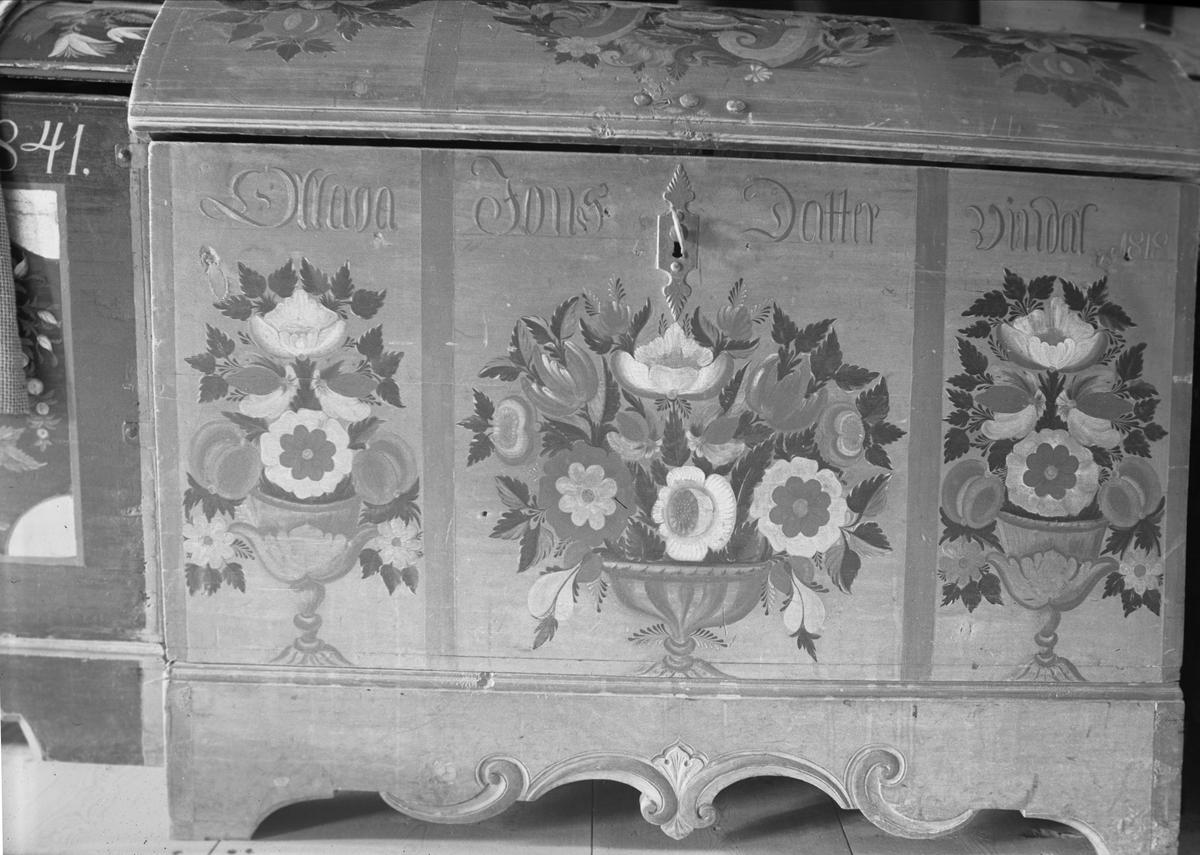 Kiste merket 1818, Vinndal, Lønset, Oppdal, Sør-Trøndelag. Fotografert 1937. Fra album.
