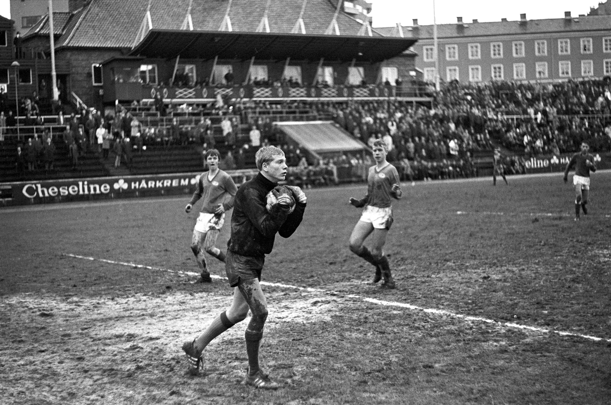 Serie. Fotball final jr.cup 1967, mellom Vålerenga og Manglerud. Fotografert 1967.