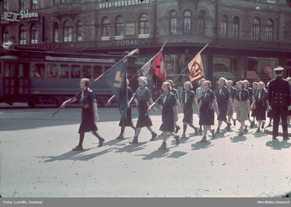 Politisk demonstrationsmarsch med nazistiska symboler vid Stureplan, Stockholm.