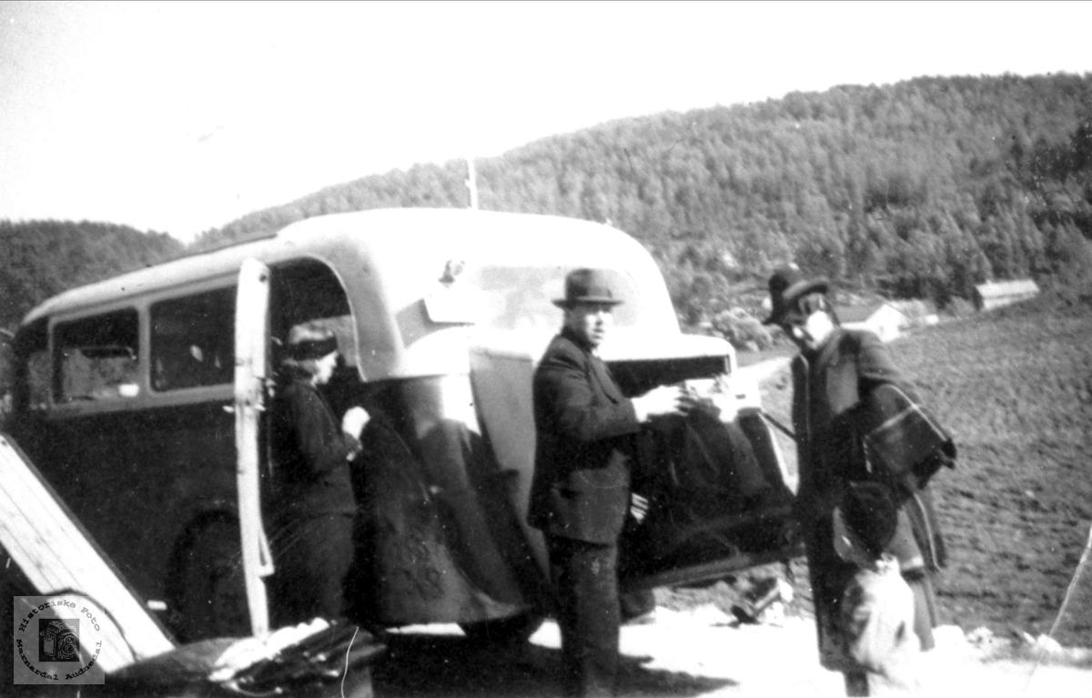 Rutebil trolig i Bjelland området. Gården i bargrunnen er Der Aust på Roland (bnr.6) Sted : Volleleet, Roland