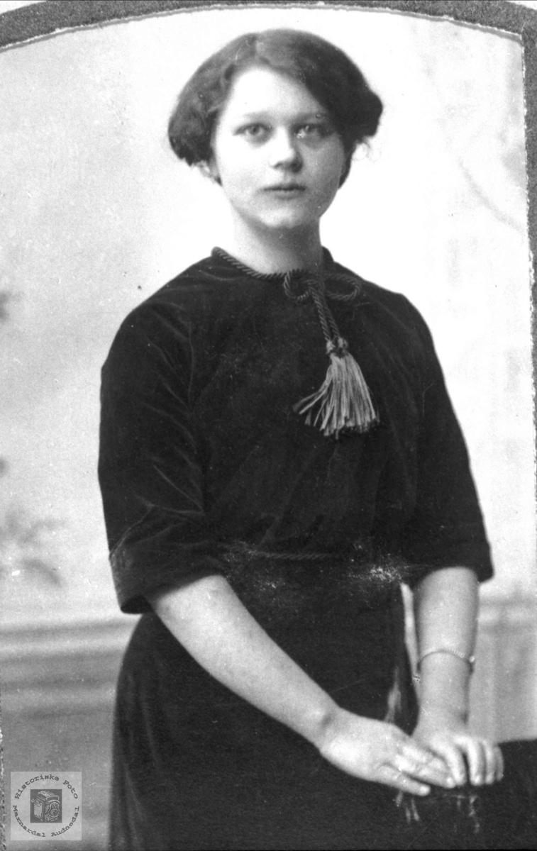Portrett av Anna Foss- født Roland, Bjelland.