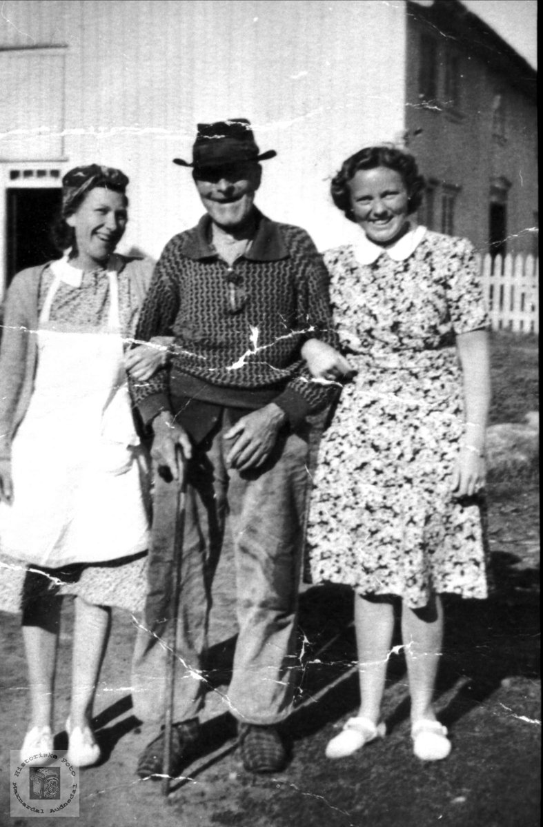 Gammel mann (Knut N. Skuland) med to unge damer.
