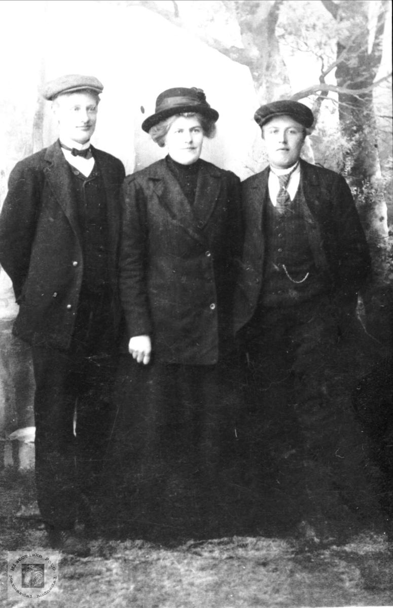 Portrett av Ånen T. Hunsdal, Maria T. Hunsdal og Gustav R. Birkeland, Laudal.