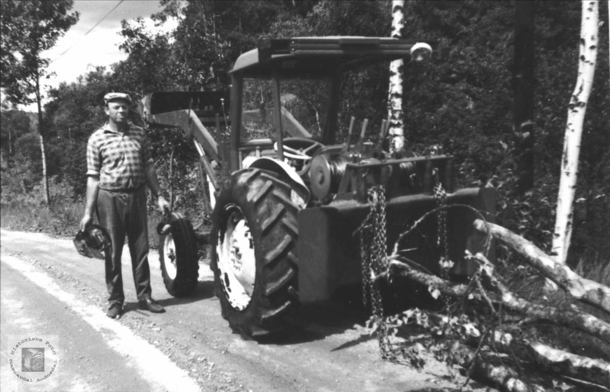 Trygve Usland med traktorvinsj, Øyslebø.