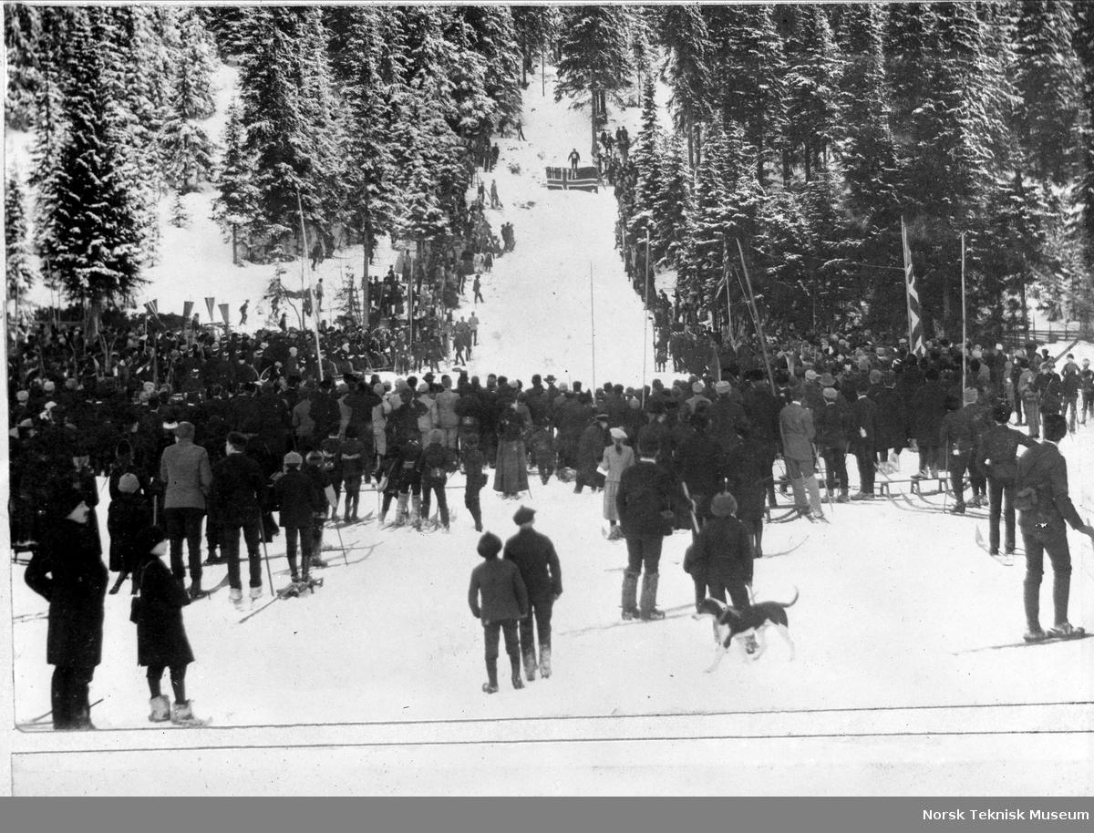 Fra Holmenkollrennet i 1890, arrangert i Ullbakken på Frognerseteren. Unionsflagget påmontert hoppet.
