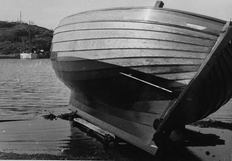"""Enl. tidigare noteringar: """"Nybyggd kosterbåt, av båtbyggare C. J. Hansson, Sydkoster, på strand klar för sjösättning. Repro 1985""""."""