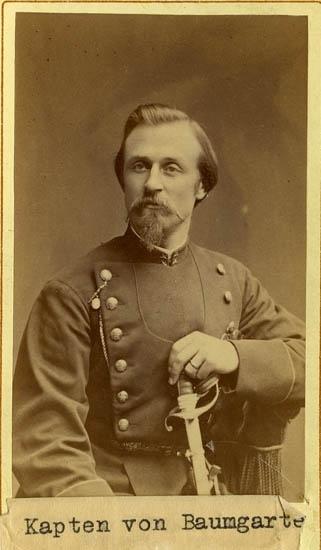 """Text på kortets baksida: """"Thure Reinhold Leonard von Baumgarten. Kapten. Gymnastiklärare vid läroanstalten i U-a 1884-1909""""."""