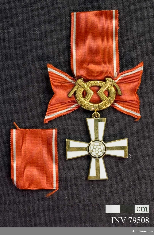 Ordenskors med lagerkrans med Karelens vapen. Bandrosett, röd med vita ränder.  För riddare, militär, II.klass av finska frihetskorset.