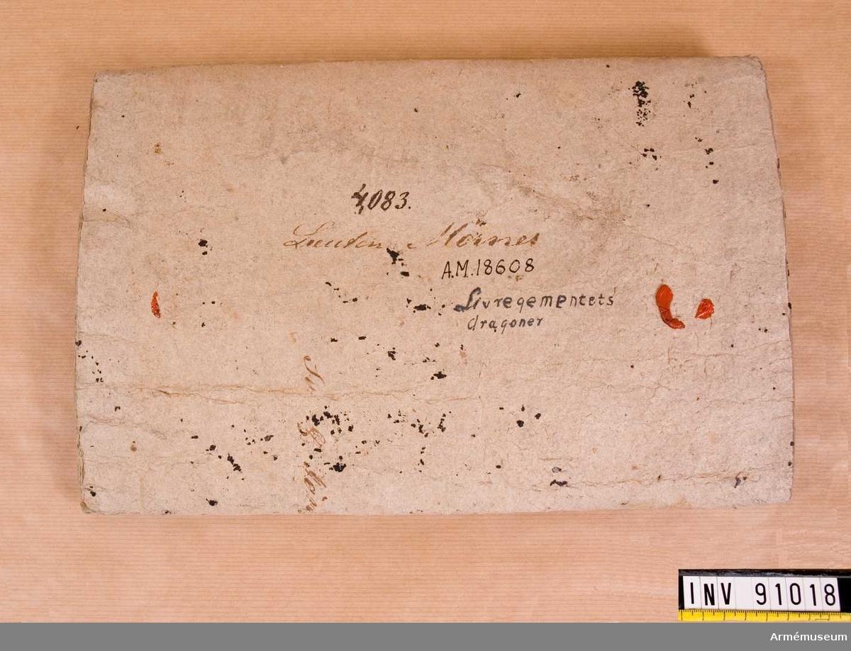 Bär på spår av fyra stycken sigill. Fodralet i tjock papp, Tillplattat. Har en yttre del med sigillmärken och text, samt en inre del som är blåmålad. Spår av text på det yttre lagret, författad vid skilda tilllfällen med olika skrivdon.