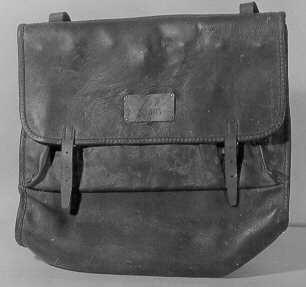Väska med bärrem, så kallad landsvägspostväska. Föga använd, med tvåfack och två lock. Ytterlocket har två spännen. Innerlocket kan låsasmed kedjelänkar, som träs genom sju byglar, vilka sticka upp genomplåtskodda hål, då innerlocket fälls ned. Väskan är låst, nyckelsaknas. På ytterlocket en mässingsskylt med posthorn ochinskriptionen: No 305.