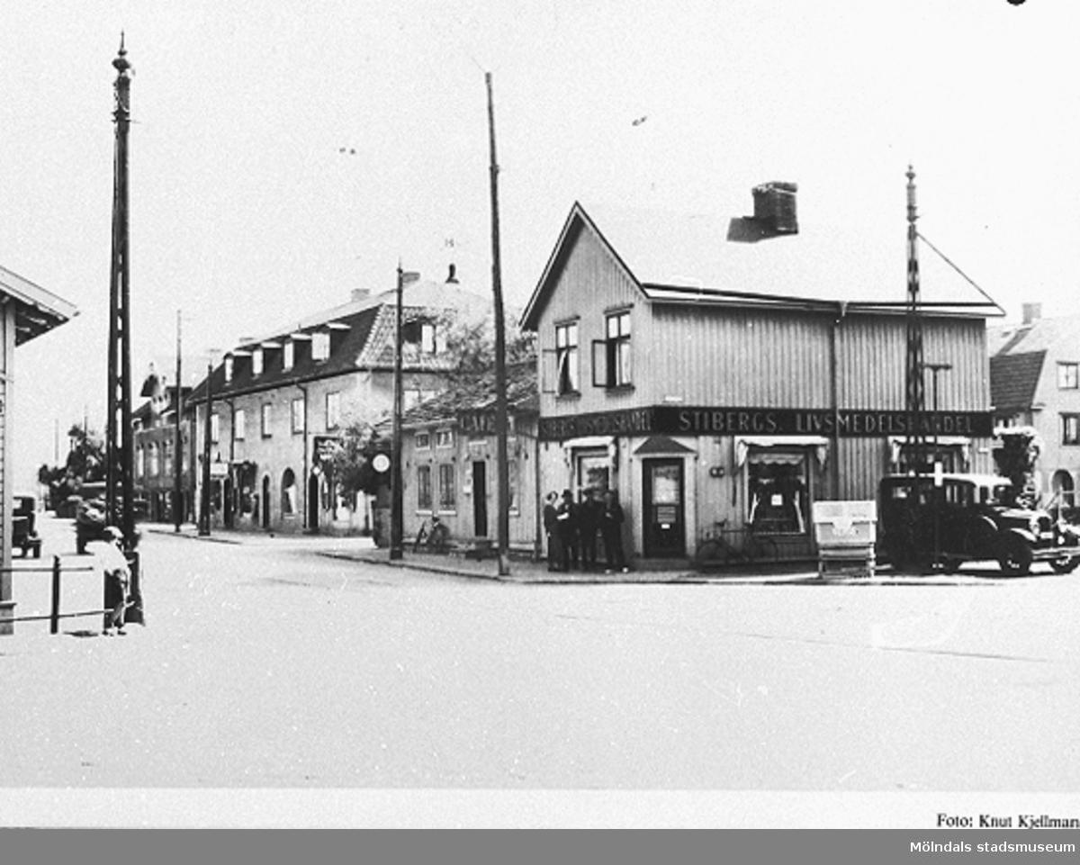 Livsmedelsbutiken låg mellan Kungsbackavägen 2-6 och Frölundagatan. Till höger ses Larssons Taxi. Okänt årtal.