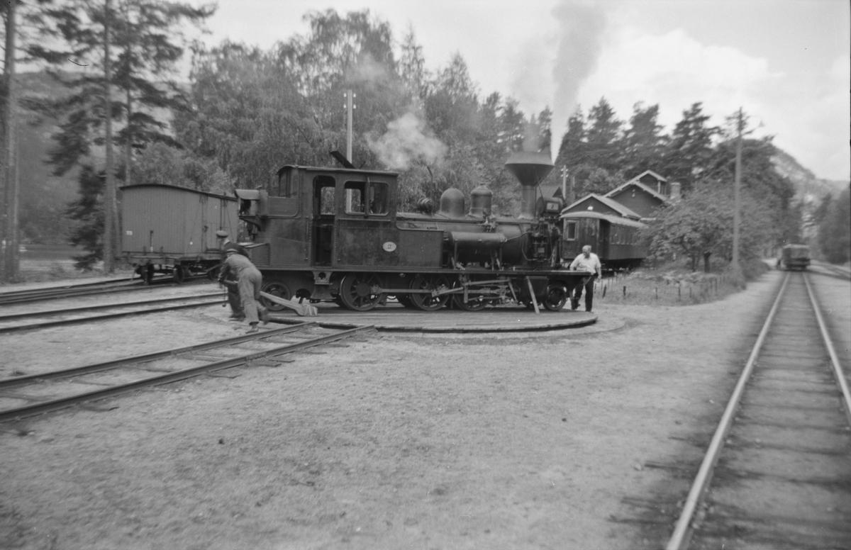 Damplok nr. 2 snus på svingskiven på Byglandsfjord stasjon på Setesdalsbanen