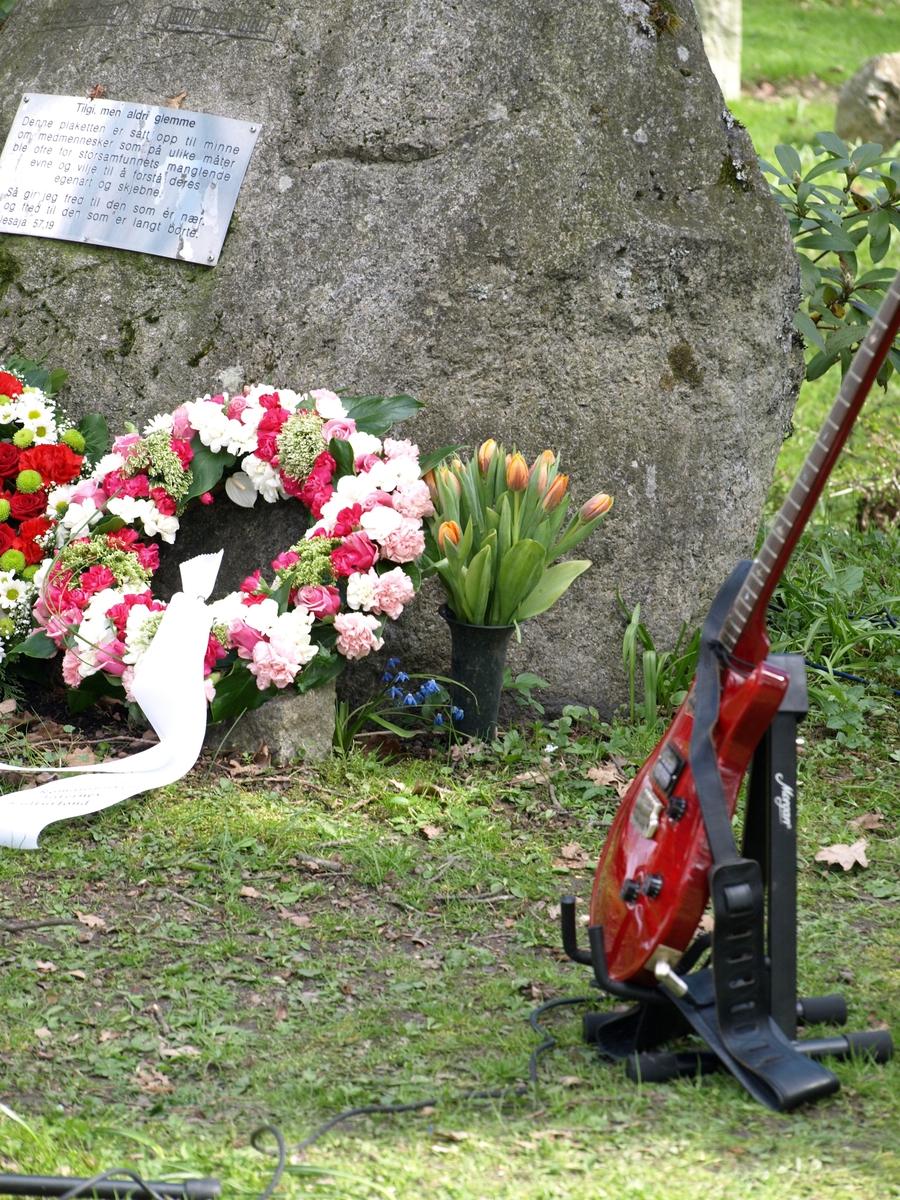Vært år blir det spillet musikk ved steinen den 7. mai. Foto: Bodil Andersson, Østfoldmuseene/Halden historiske Samlinger.