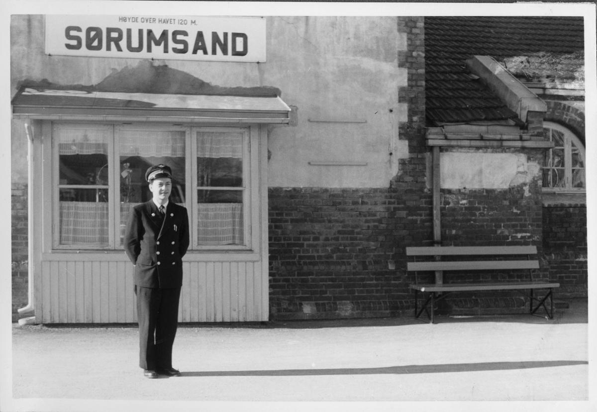 Telegrafist Arve Martinsen på Sørumsand stasjon.
