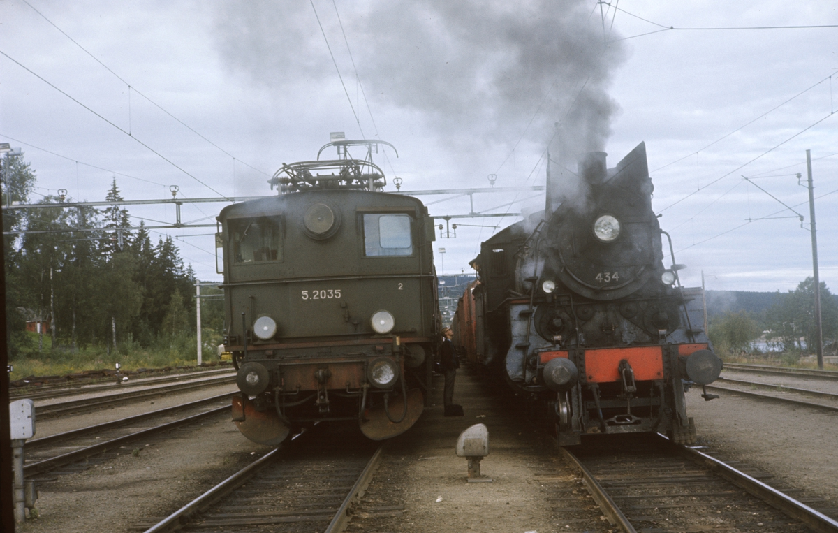 Godstog på Kongsvingerbanen og godstog til Solørbanen side om side på Kongsvinger stasjon. El.lok el.5 2035 og damplok 26c nr. 434.