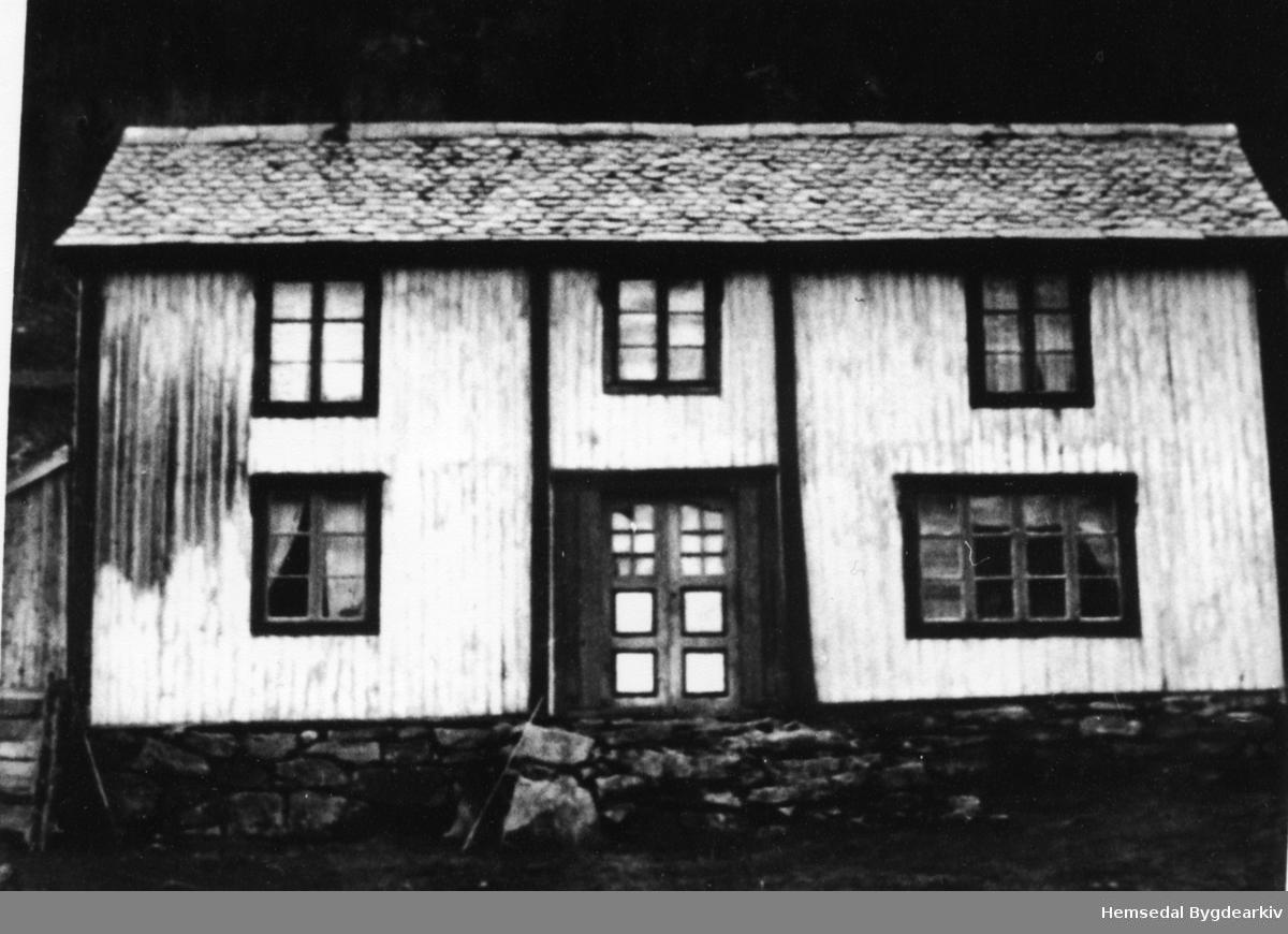 Gamal bygning, seld og sett opp som hytte i Heimskar i år 2000. Huset vat sett opp i 1944 på Nygard,65.9. Biletet vart teke før flyttinga i 2000.