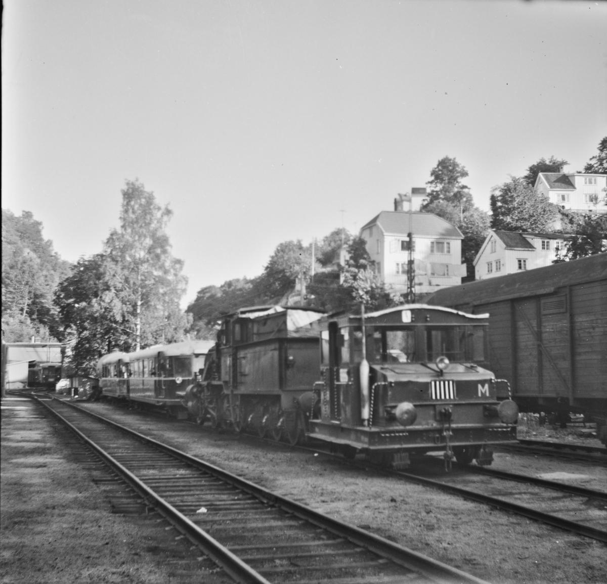 Hensatt jernbanemateriell på Arendal stasjon. Materiellet ble tatt ut av bruk etter at Treungenbanen ble nedlagt 1. september 1967.