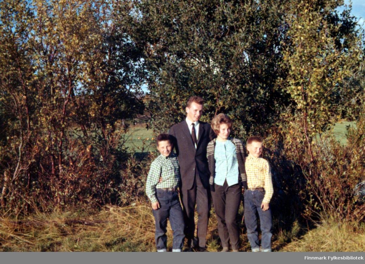 Fire personer fotografert i terrenget med endel løvtrær bak dem, sansynligvis i Brennelv i Porsanger. De er: Torbjørn, Ragnvald, Ingrid og Kjell, alle med Nymo til etternavn.