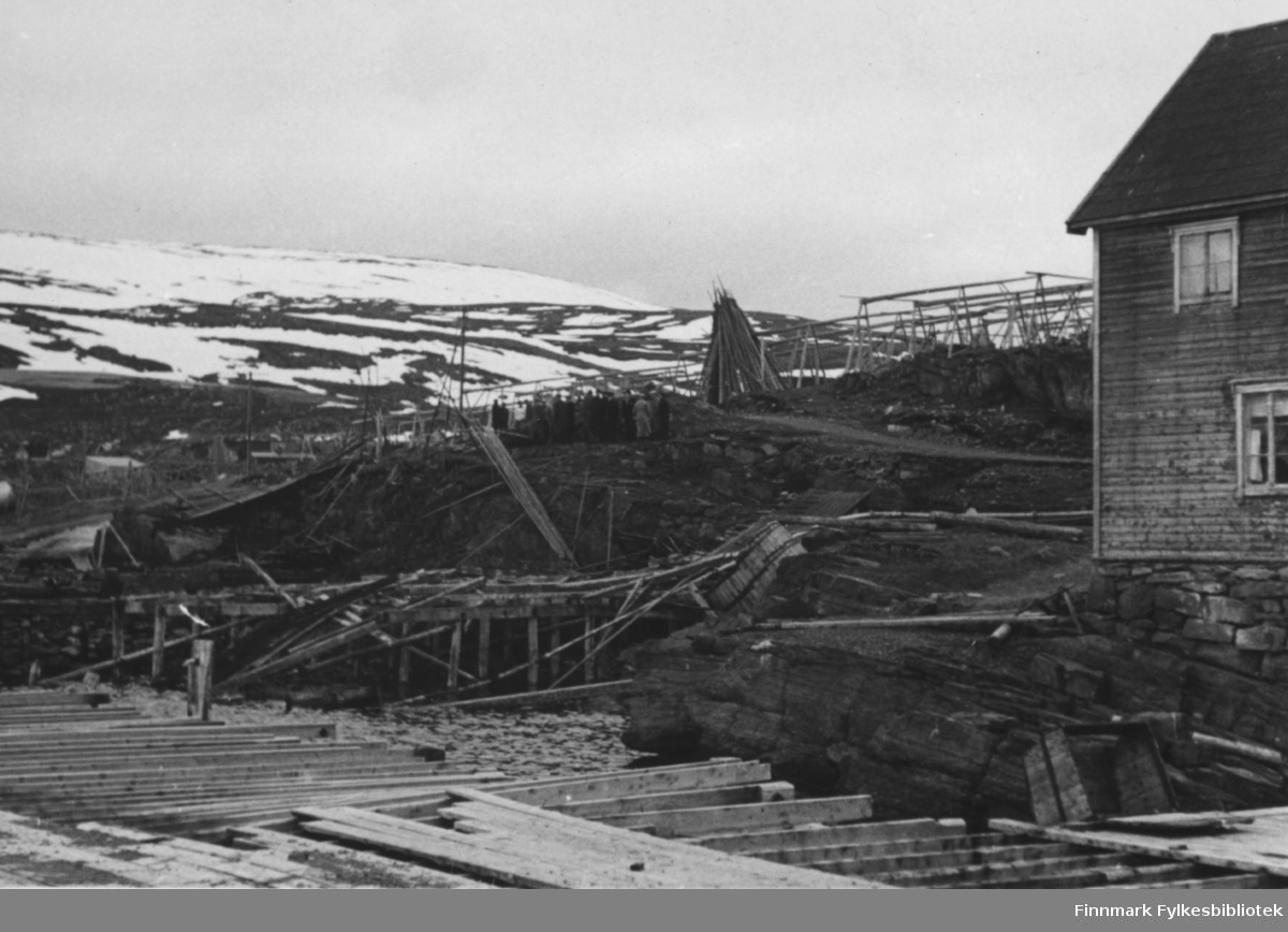Båtsfjord etter krigen. Det var forholdsvis lite krigsskader her. 27 hus og 9 fjøs ble registrert som totalskadde. Vinteren 45/46 mottok Båtsfjord en mengde flyktninger vestfra.