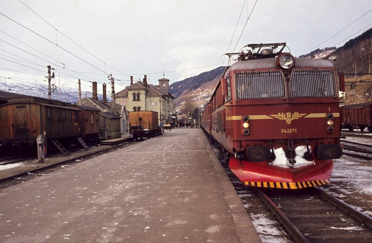 Tog 602 fra Bergen til Oslo på Voss stasjon.