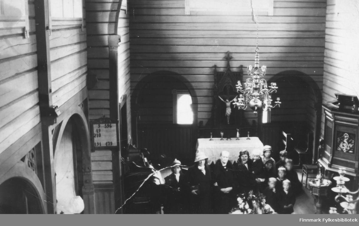 Andreas Sivertsens begravelse i Neiden kapell, 1935. Hans hustru Marie ble enke i en alder av 34 år. Sønnen Andreas ble født fire måneder etter farens død. Marie hadde en barneflokk på ni barn, og det var et slit å få endene til å møtes