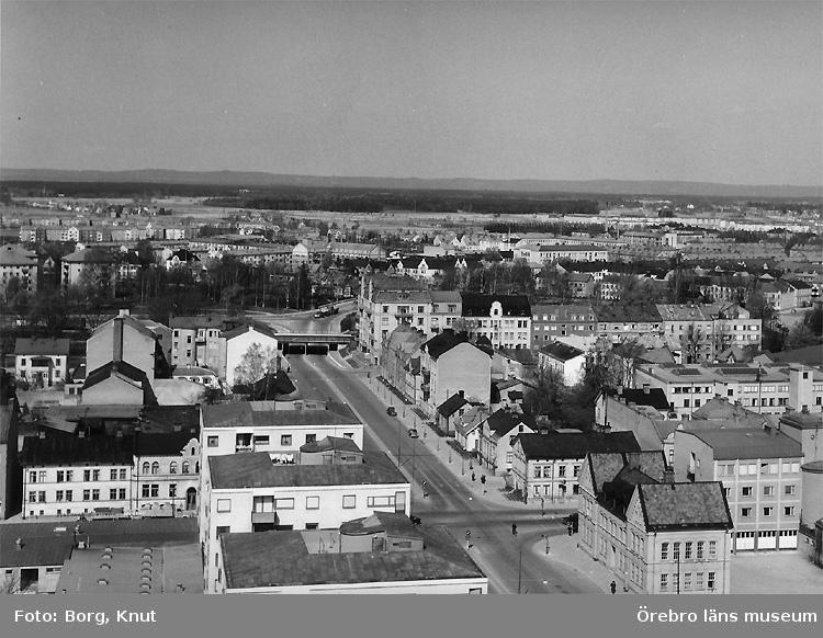 Stadsvy över Örebro, från Krämaren mot väster, med byggnader och bostadshus. Rudbecksgatan. Husen närmast i bild, Rudbecksgatan 12-20 var klara 1958.