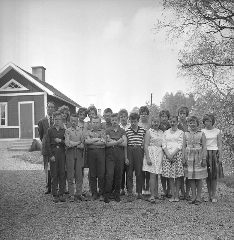 Löa skola. Skolfoto, gruppbild, skolbarn med lärare på skolgården, skolbyggnad i bakgrunden.Mag. Hansson