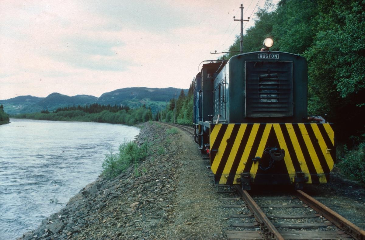 Ekstratog med diesellokomotiv nr. 10 (Ruston). Salvesen og Thams ellok nr. 5 (NEBB) under transport til den nye museumsjernbanen langs lakseelven Orkla.