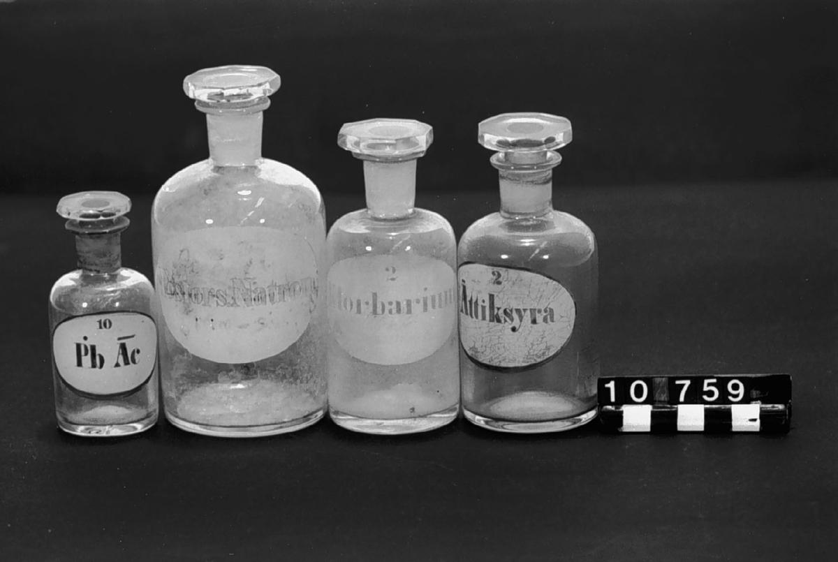 En samling reagensflaskor, kolvar mm.