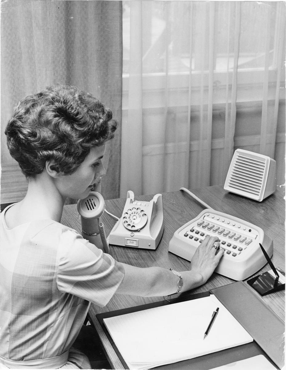 Växeltelefonist vid okänt kontor.