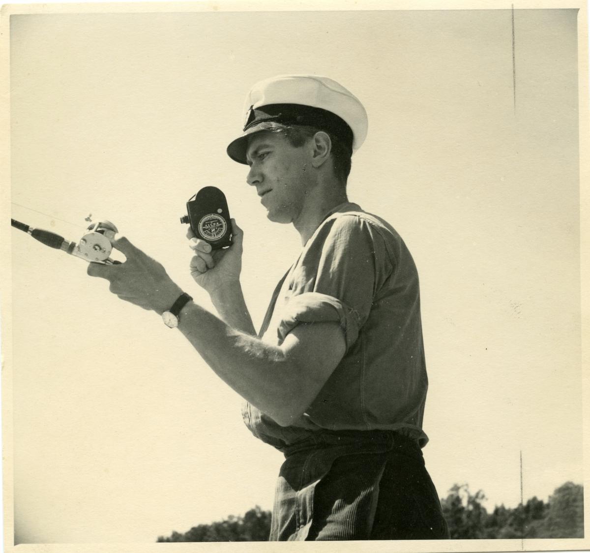 Tandläkaren Ragnar Kihlstedt filmar när han fiskar. Bild för Smalfilmaren 1940. Fotografiet kommer från Institutionen för fotografi vid Kungliga Tekniska Högskolan för Helmer Bäckström var professor.