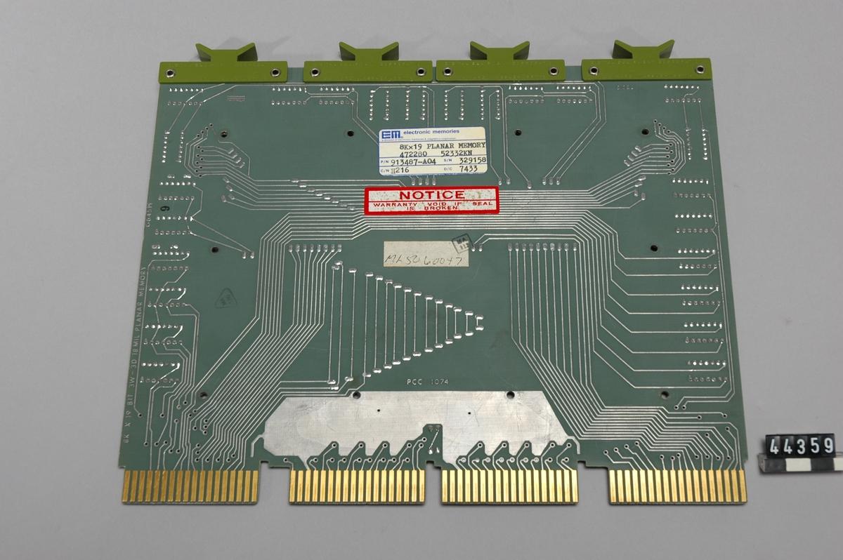 Kretskort med kärnminnesmatriser och integrerade kretsar. Kortet är ett s.k. Flip Chip, nummer H216. 19 block på vardera 8 kB, totalt 152 kB. Matriserna är tillverkade av Electronic Memories. Mindre skador på matriserna.