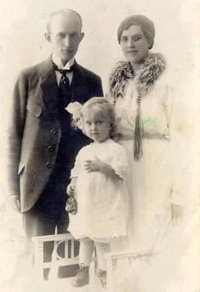Familjen Millqvist. Johan med fru och dottern Gullan.
