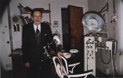 "Haakon Bryhni ved sin ""Ritter"" tannlegestol i sitt kontor på"