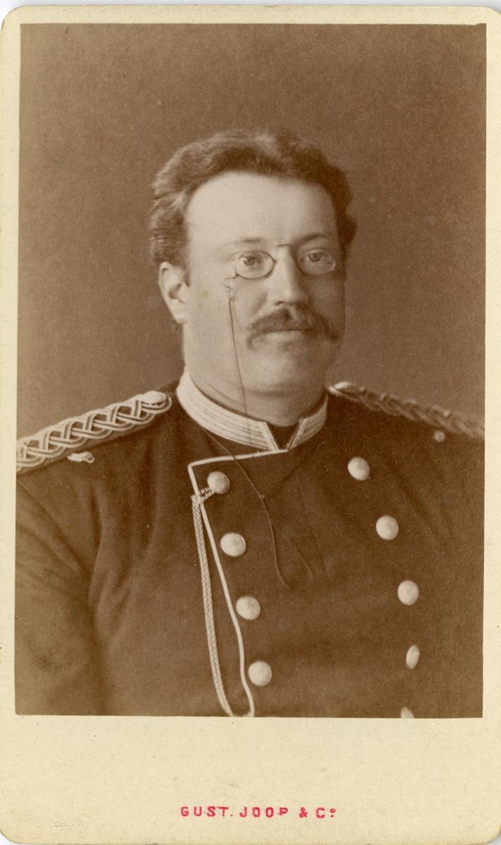 Porträtt av August Thorsten Sigurd Ehrenborg, underlöjtnant vid Första livgrenadjärregementet I 4.  Se även bild AMA.0002191, AMA.0002196, AMA.0007180 och AMA.0021783.