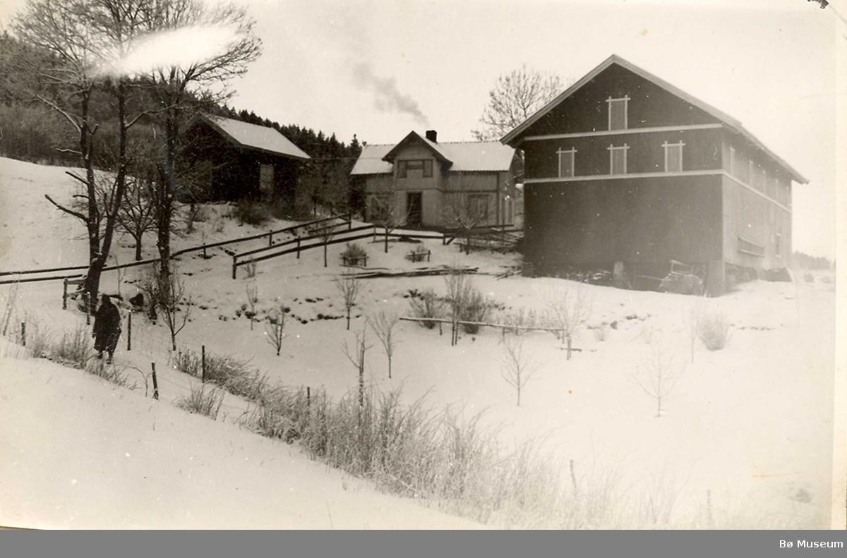 Oppi-Kåsa i Bø, to motiv. Det eine er eit sommarmotiv, det andre eit vintermotiv.