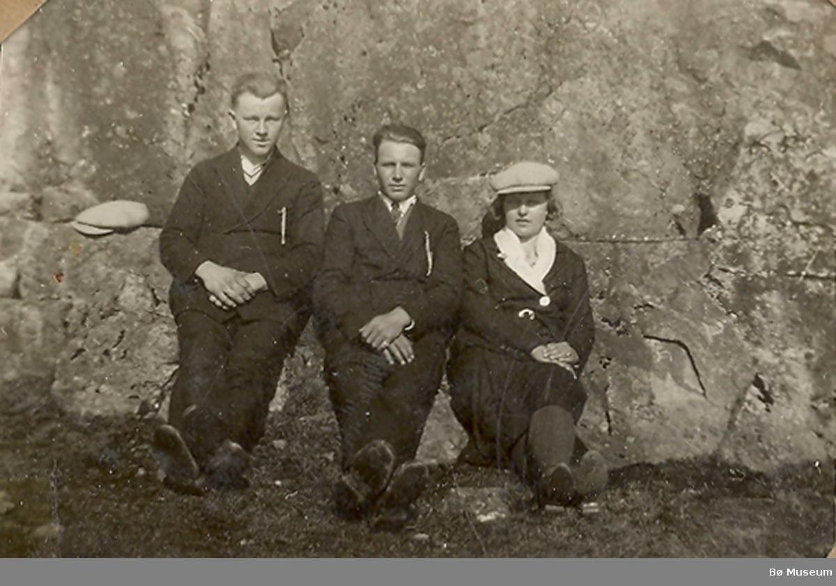 Fire ungdomar frå Nes ute på tur i skogen.