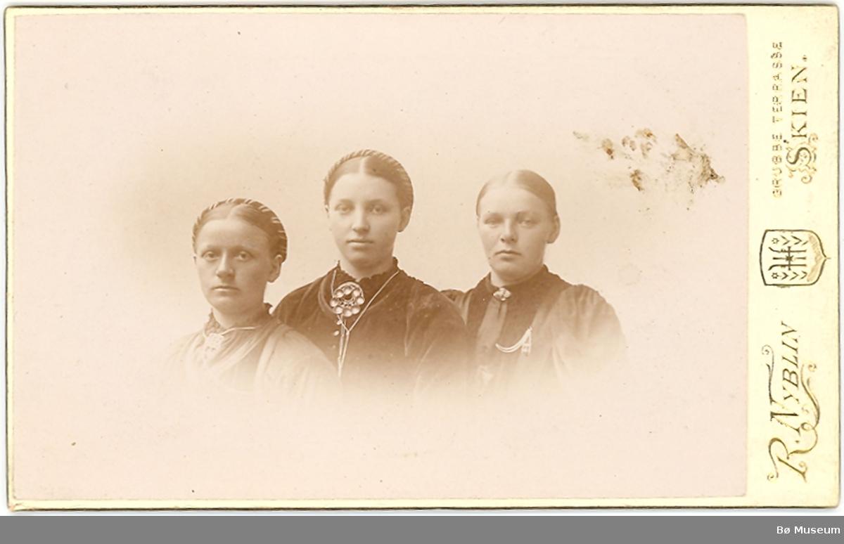 3 yngre kvinner