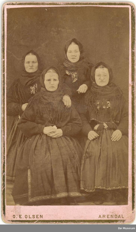 4 kvinner, heilfigur, beltestakk