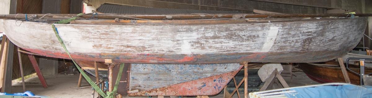 Andunge av tre - kravellbygd. 12 bordganger. Finnekjøl (jernkjøl). Hvit med rød bunn (utv.)