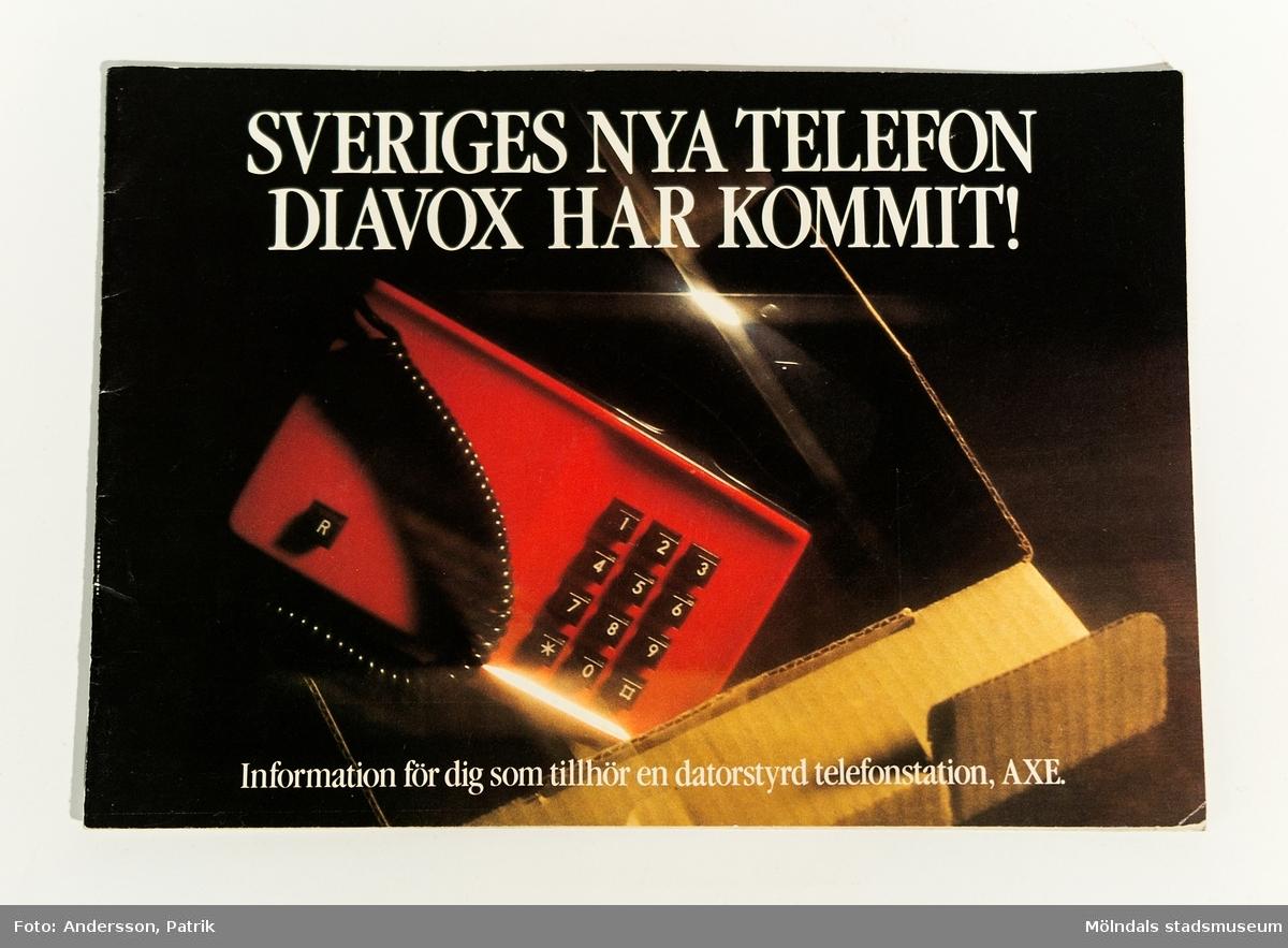 """Reklambroschyr: """"SVERIGES NYA TELEFON DIAVOX HAR KOMMIT! Information för dig som tillhör en datorstyrd telefonstation, AXE."""", utgiven av Televerket 1980."""