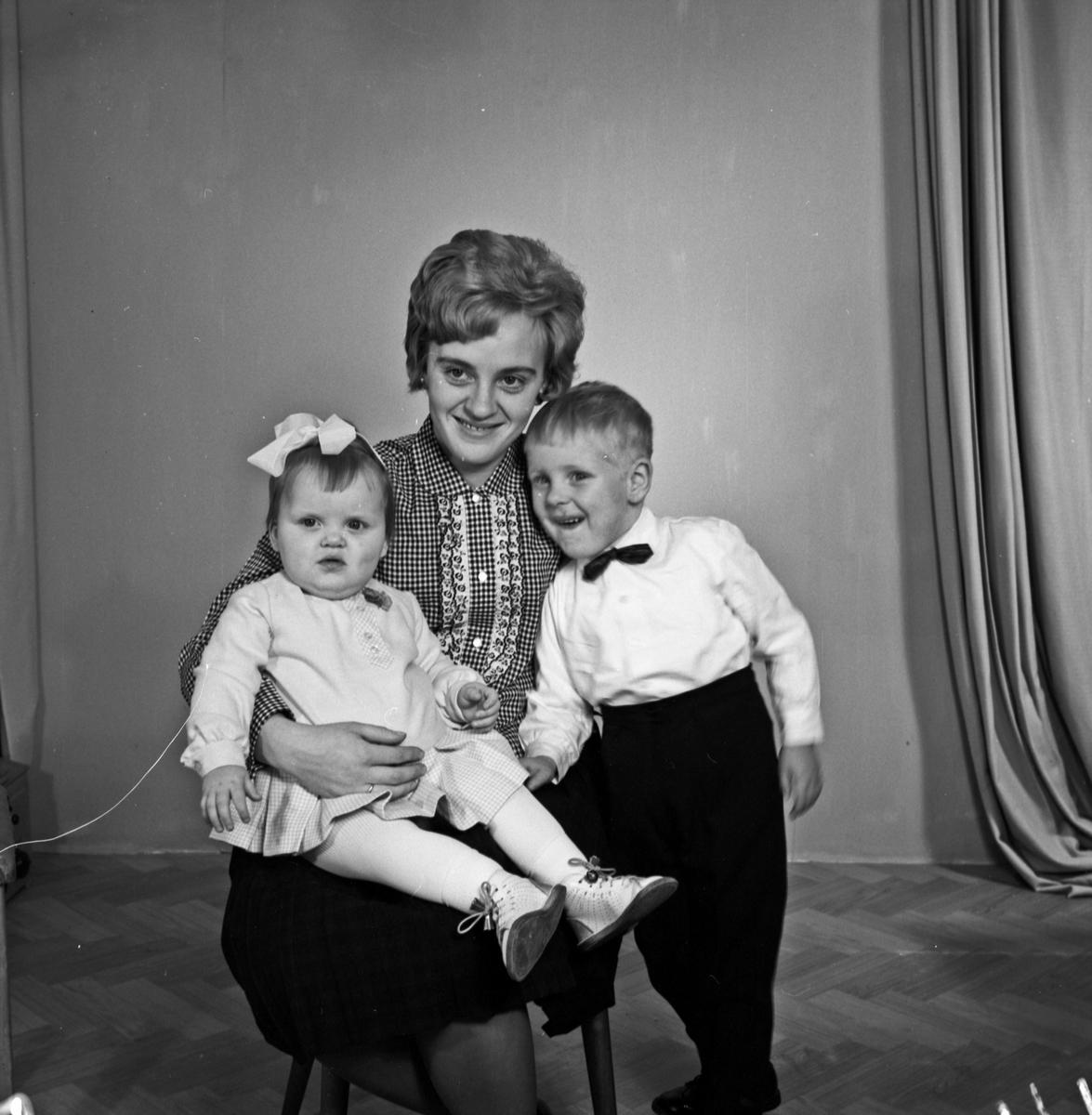 Portrett av en unge kvinne, en liten gutt og en liten jente - bestiller Ulfhild Kleppe