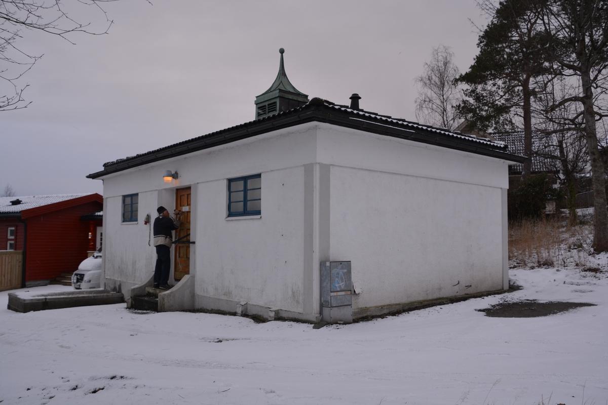 """Hinna automatsentral er holdt i nyklassisistisk stil tilpasset villaområdet den ligger i. I bygningsbeskrivelsen fra 1929 står det blant annet at gulvet under akkumulatorrommet er betongkledt for oppbevaring av syre. Både der og i forgangen er gulvet belagt med skiferfliser. Under koplingsrommet er det kjeller med normal takhøyde, men ikke under huset forøvrig. Adkomst til kjeller er gjennom en lem i gulvet. Alle rom er malt på vanlig måte unntatt forgangen hvor veggene er grunnet og """"rustica""""- behandlet. Huset har ingen loftsetasje, kun et lavt ubenyttet rom mellom det svakt skrånende sutak og det planende innvendige tak. Dette siste er utført av jernbetong, som er dekket av et 6 cm tykt lag finmalt leire. Sutaket er bekledt med et lag Herculespapp, og over dette lag grønn Ruberoidpapp, som igjen er overstrøket med grønn Ever-seal taklakk. På takets midtparti er anbrakt en koppertekket takrytter, hvor ventilasjonskanalene munner ut."""