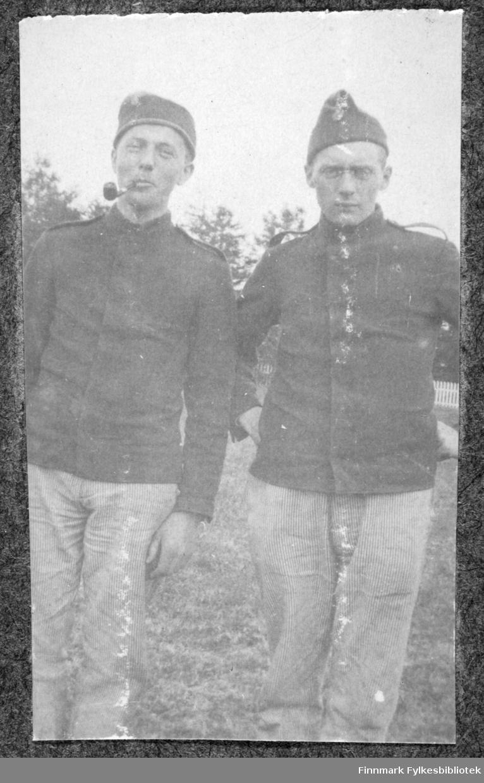 To menn i uniform.