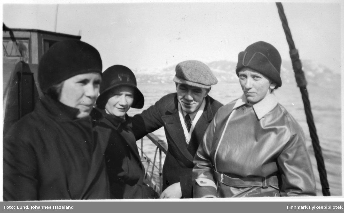 Tre kvinner og en mann fotografert ombord på en båt