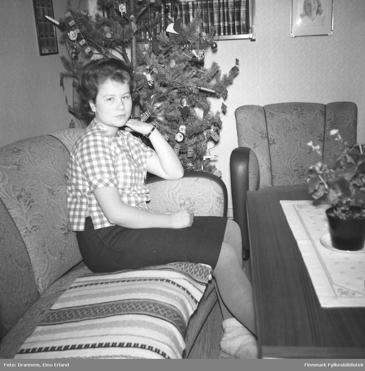 Turid sitter i sofaen hjemme i familiens leilighet i Hammerfest.