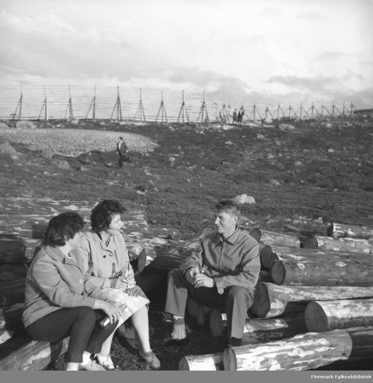 Tre personer koser seg på fjellet Salen i vårsola. De er fra venstre: Maija etternavn ukjent, Jenny Drannem og Eino Drannem.