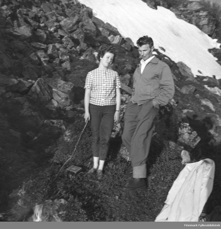 Turid Karikoski og Eino Drannem på fjelltur en vårdag. Stedet er ukjent.