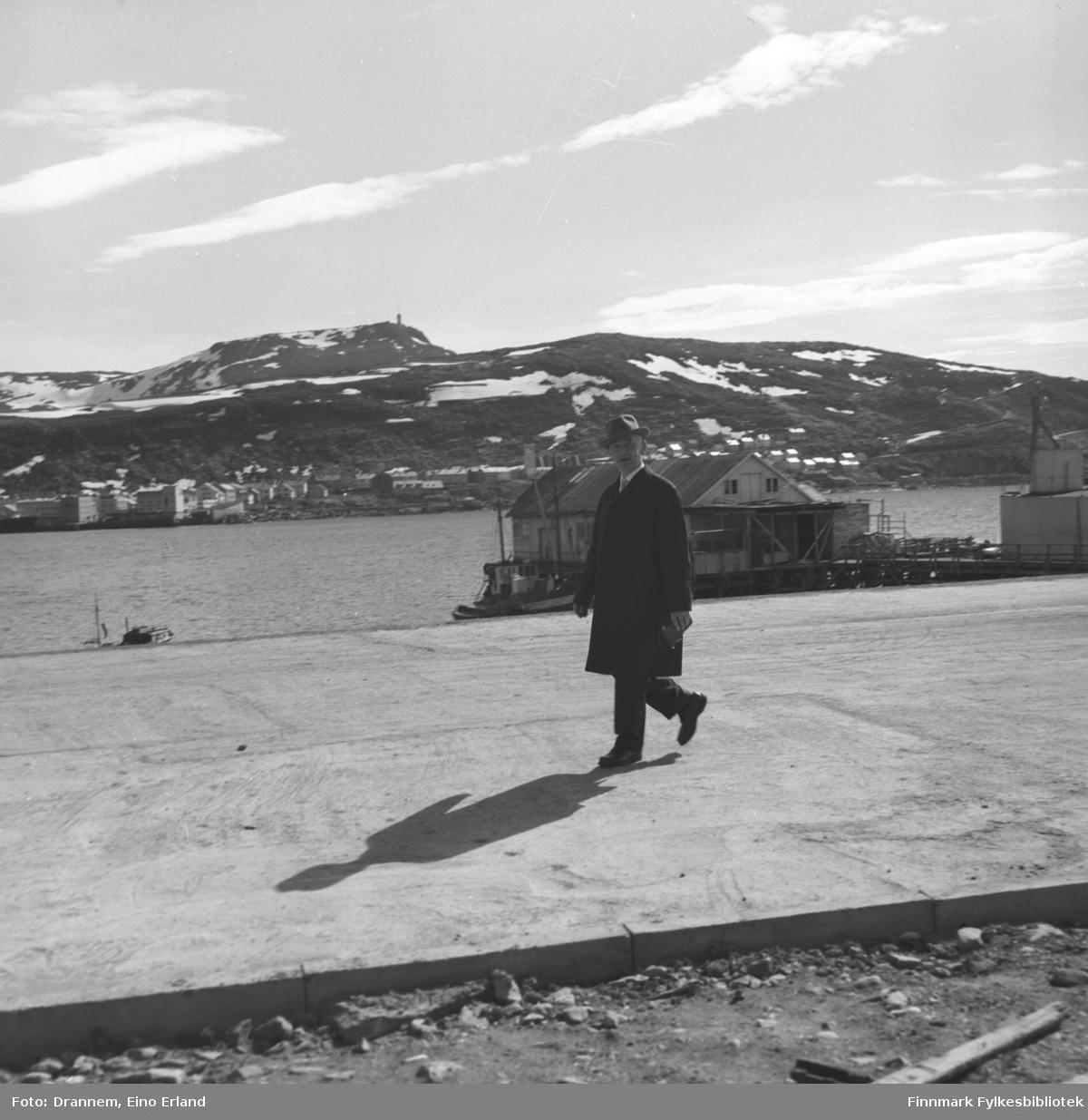 Olav Sørensen fotografert på Fuglenesodden. Over havna ses Hammerfest sentrum med fjellet Tyven i bakgrunnen.
