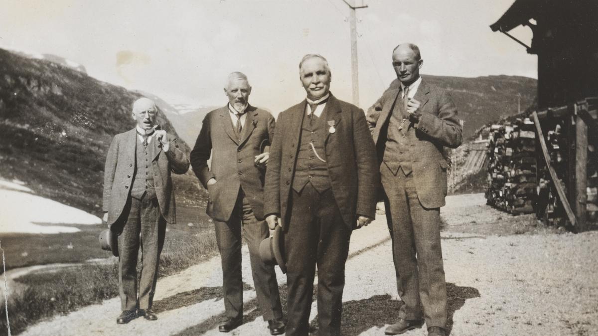 Sentrale ledere på Bergensbanen samlet på Myrdal stasjon i 1923.  Fra venstre overingeniør O.B., distriktsjef Esmark, banemester Romslo og baneinspektør Lorange.